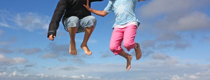 děti skákají