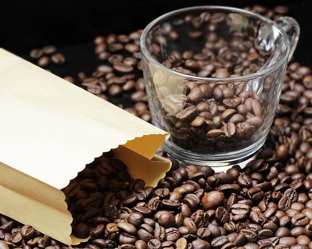 káva v hrnku a pytlíku