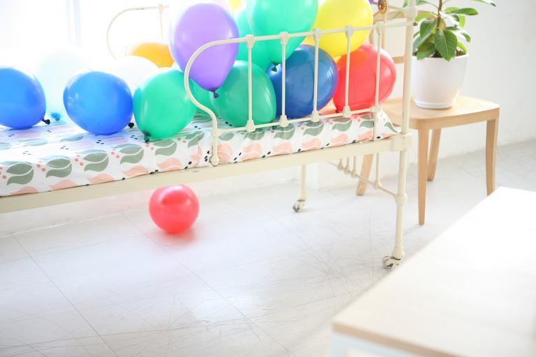 postel a balónky