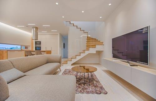 Jak si vybrat schodišťové zábradlí, a které materiály jsou ve hře?
